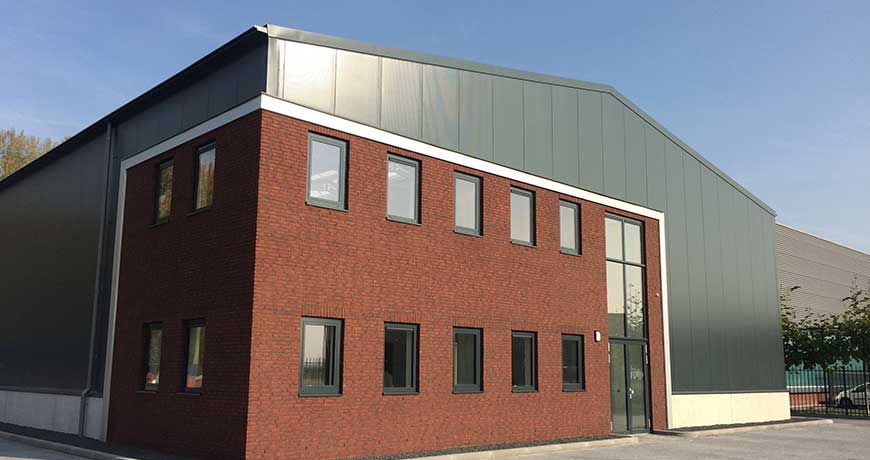 bedrijfsgebouw-staalbouw-bakstenen-opslaggebouw